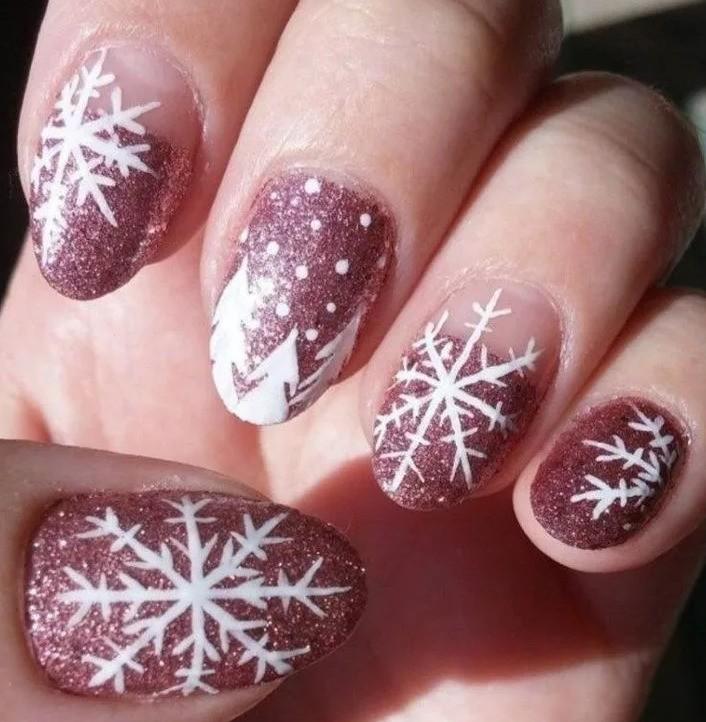 Маникюр на Новый год со снежинками