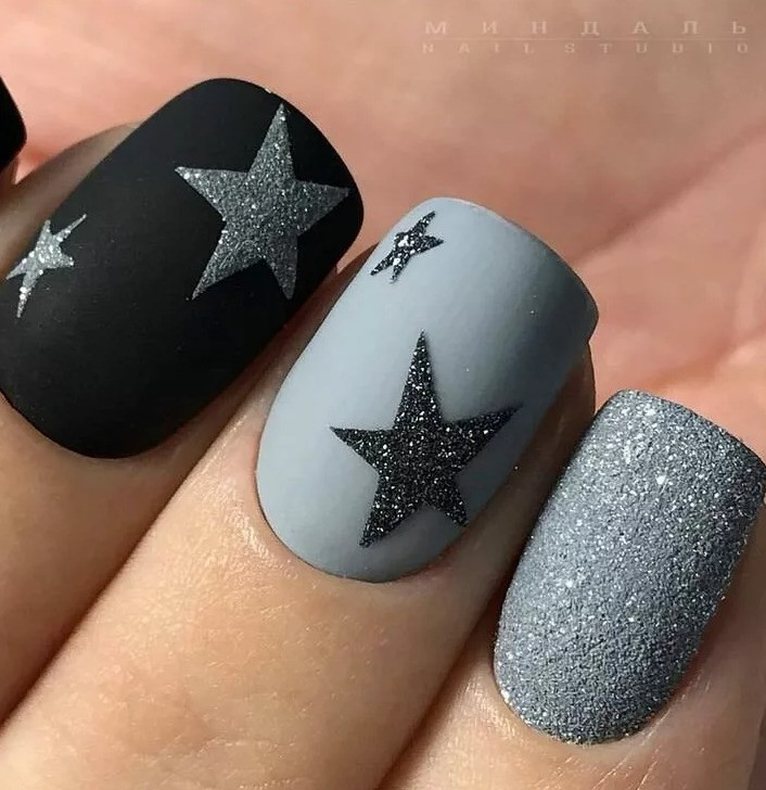 Новогодний маникюр со звездочками