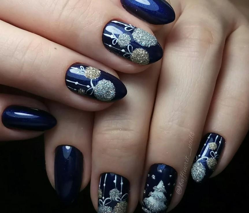 Дизайн ногтей с новогодними шариками